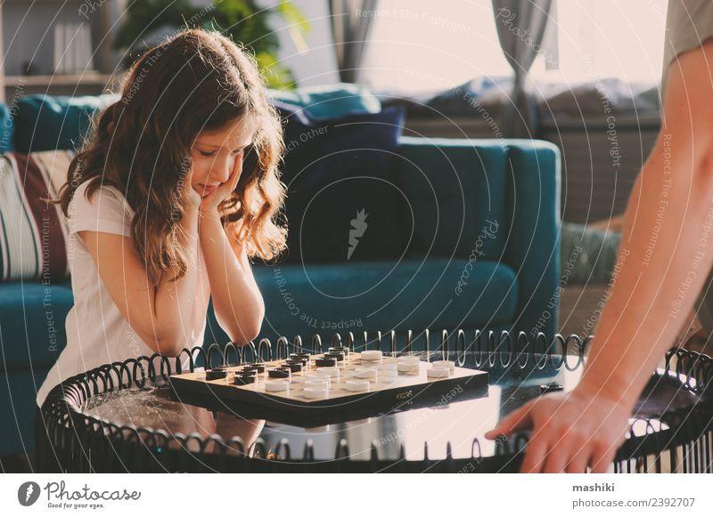 Kind Mädchen spielt Dame mit ihrem Vater Dame Lifestyle Freizeit & Hobby Spielen Schach Erfolg Eltern Erwachsene Familie & Verwandtschaft Kindheit Spielzeug