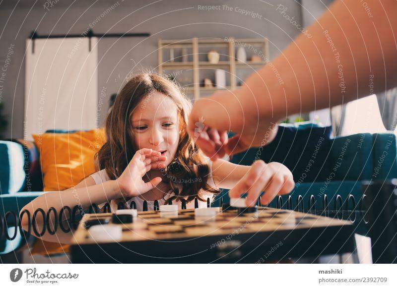 Kind Mädchen spielt Dame mit Papa Dame spielen Lifestyle Freizeit & Hobby Spielen Schach Erfolg Eltern Erwachsene Vater Familie & Verwandtschaft Kindheit