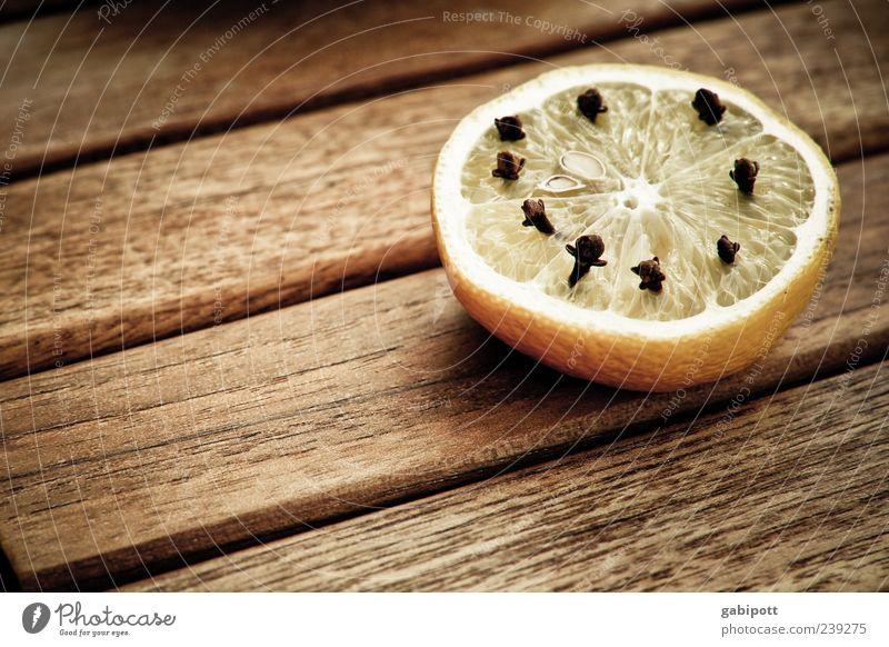 Gut gegen Mücken Erholung gelb Lebensmittel Holz braun Frucht Tisch Häusliches Leben Idylle Kräuter & Gewürze Duft Zitrone sauer Holztisch Holzplatte Licht