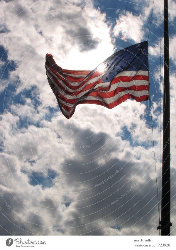 Stars and Stripes Himmel Wolken Amerika Wind USA Fahne wehen Wolkenhimmel durchleuchtet Trauerbeflaggung