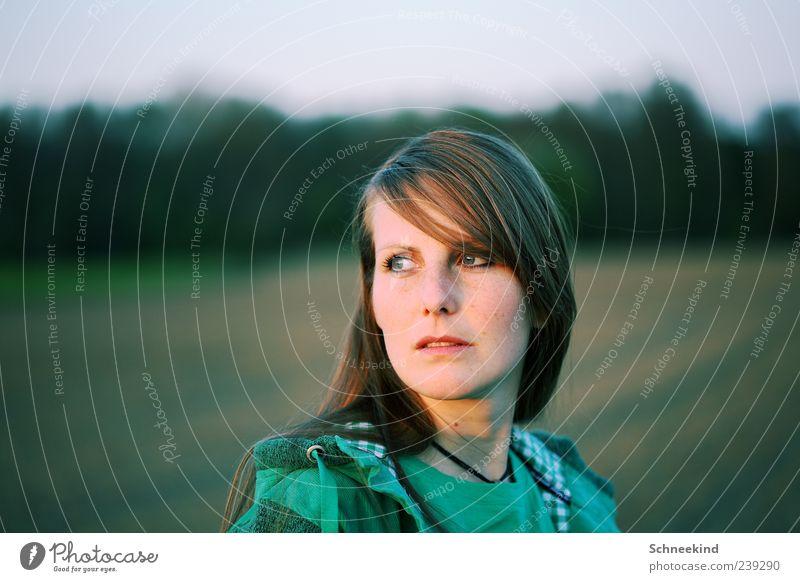 Ein Portrait Mensch Frau Natur Jugendliche grün schön ruhig Erwachsene Gesicht Auge feminin Leben Haare & Frisuren Kopf Junge Frau Mund