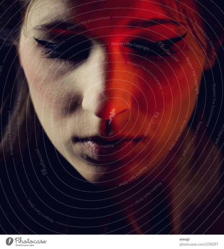 RED V Mensch Jugendliche rot Erwachsene Gesicht dunkel feminin Beleuchtung Junge Frau 18-30 Jahre einzigartig geheimnisvoll frontal Frau geschlossene Augen Kosmetik