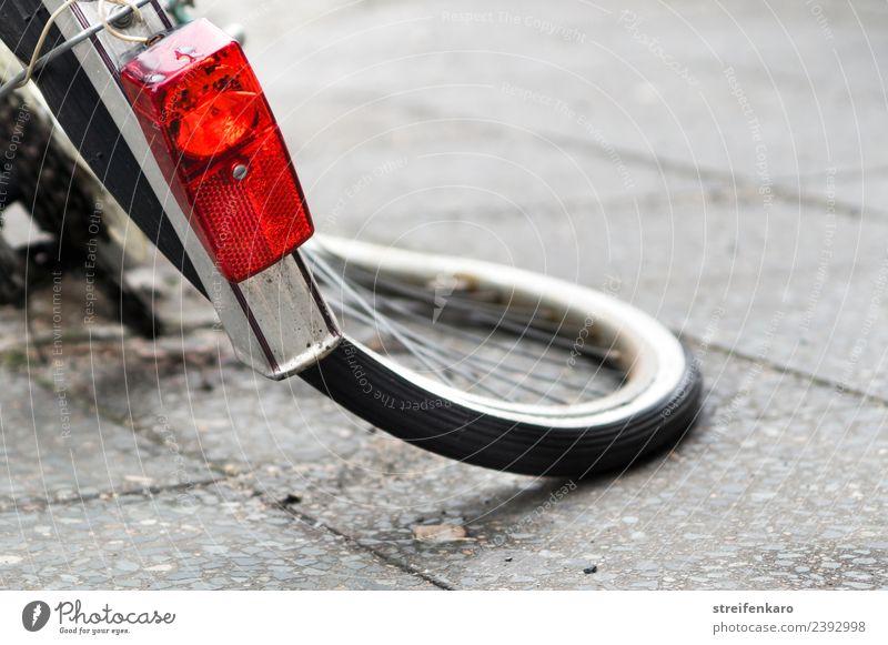 Verbogener Hinterreifen eines Fahrrades Fahrradfahren Stadt Verkehrsmittel Metall Aggression alt kaputt rot Wut Ärger Gewalt Zerstörung unbrauchbar Reifen