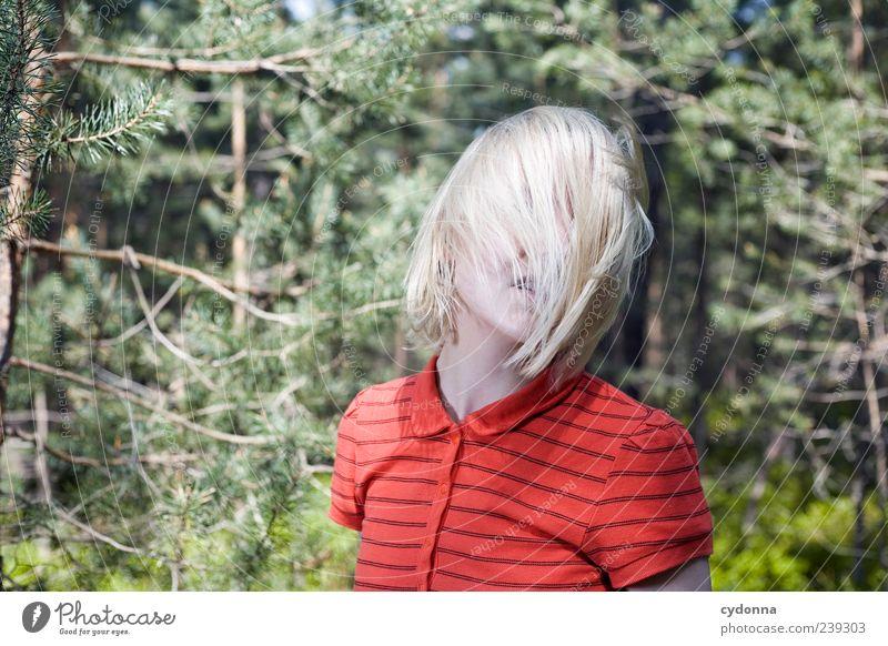 Schwung Mensch Natur Jugendliche schön ruhig Erwachsene Wald Erholung Umwelt Leben Bewegung Freiheit Haare & Frisuren Stil träumen blond