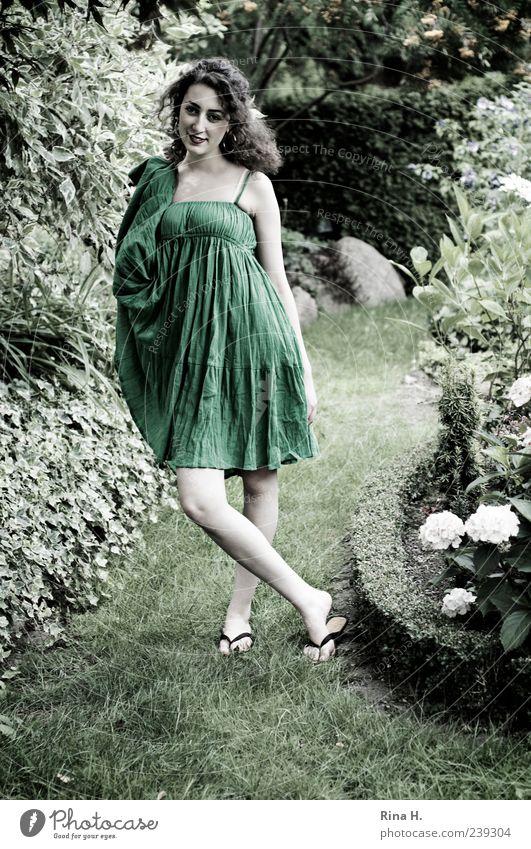 GrünKleidchen Mensch Natur Jugendliche grün Sommer Erwachsene feminin Garten Mode hell Junge Frau hoch 18-30 Jahre stehen Lächeln