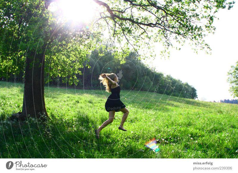 Holla die Waldfee. Umwelt Natur Landschaft Horizont Pflanze Gras Sträucher Lächeln rennen Glück Unendlichkeit feminin wild grün Lebensfreude schön Lust dankbar