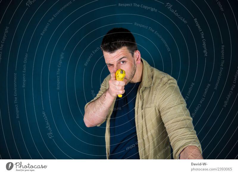 im Visier Lebensmittel Frucht Karneval Mensch maskulin Junger Mann Jugendliche Erwachsene 1 Kunst Künstler beobachten gereizt Feindseligkeit zielen Zielscheibe