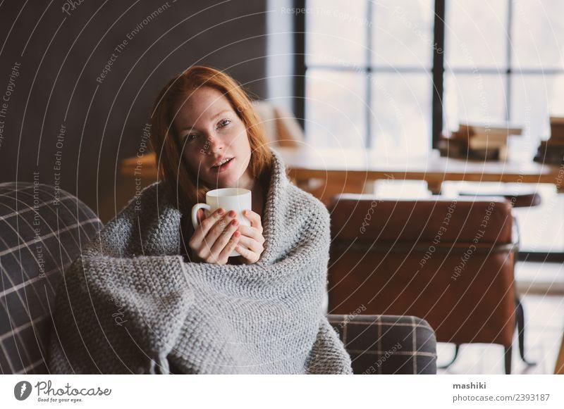 junge kranke Frau heilt zu Hause Tee Lifestyle Krankheit Erholung Winter Erwachsene Herbst Pullover rothaarig Holz Metall träumen modern Schmerz Fürsorge Grippe