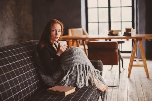 junge kranke Frau heilt zu Hause Tee Lifestyle Krankheit Erholung Winter Erwachsene Herbst Wärme Pullover rothaarig Holz Metall träumen modern Schmerz Fürsorge