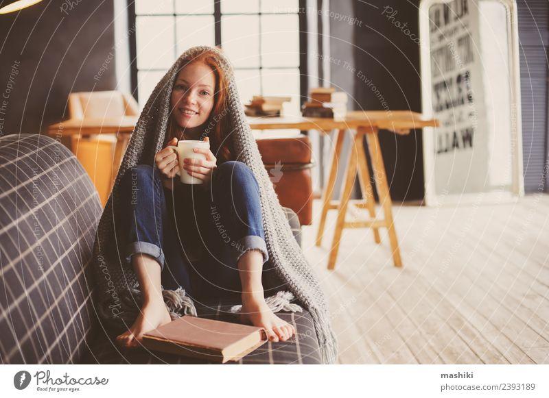 junge kranke Frau heilt zu Hause Tee Lifestyle Krankheit Erholung Winter Erwachsene Herbst Wärme Pullover rothaarig Metall dunkel heiß modern weich Fürsorge
