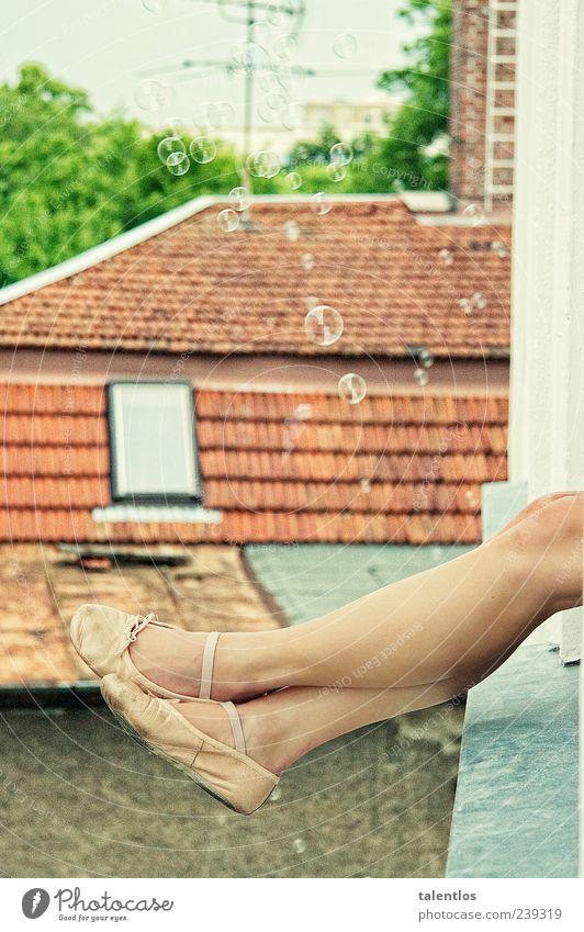zeitvertreib Freude Zufriedenheit Erholung Spielen feminin Junge Frau Jugendliche Beine Fuß 1 Mensch 18-30 Jahre Erwachsene Dach Schuhe Fröhlichkeit Glück