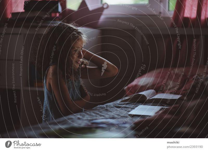 Kind Mädchen mit Laptop in der Nacht allein Lifestyle Glück Schreibtisch Tisch Schulkind Computer Notebook Technik & Technologie Internet Mensch Frau Erwachsene