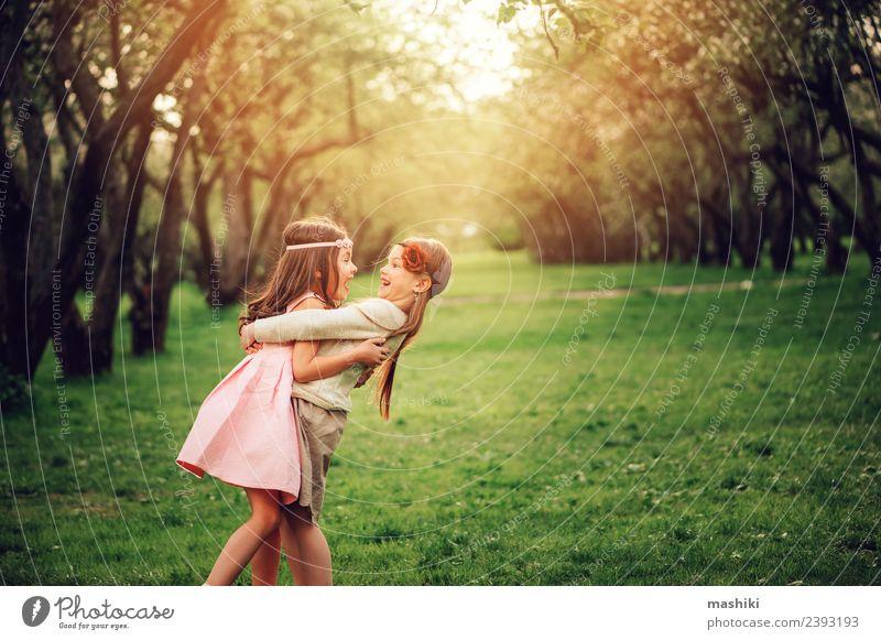 zwei glückliche Kinderfreundinnen beim Spielen Apfel Lifestyle Freude Erholung Ferien & Urlaub & Reisen Sommer sprechen Schwester Freundschaft Kindheit Natur