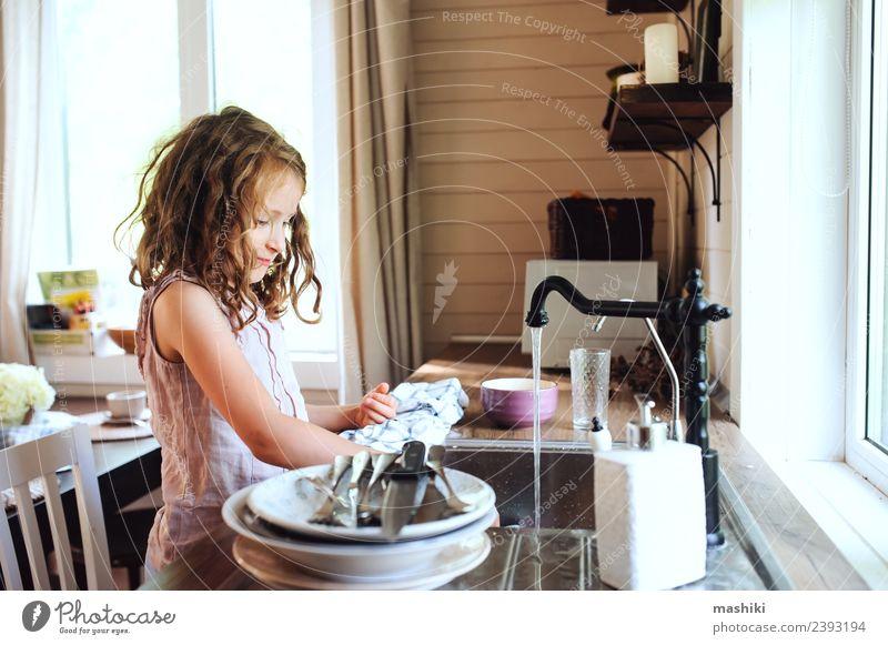 Kind Mädchen Geschirr spülen in der Küche Abendessen Teller Lifestyle Haus Arbeit & Erwerbstätigkeit Frau Erwachsene Mutter authentisch klein lustig modern nass