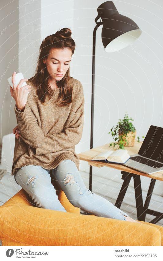 nachdenkliche junge Frauen allein Tee Lifestyle Gesicht Leben Stuhl feminin Erwachsene Pullover Traurigkeit warten natürlich Gefühle Müdigkeit Einsamkeit Stress