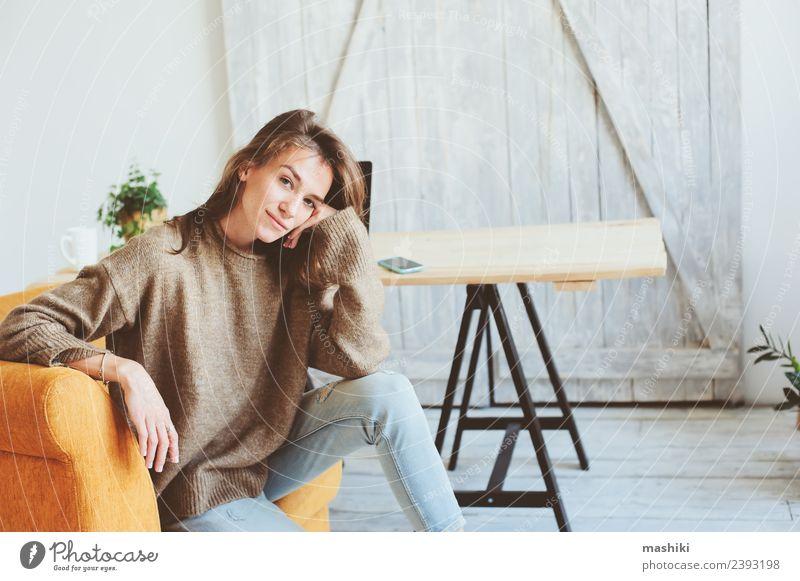 schöne nachdenkliche junge Frauen allein. Lifestyle Gesicht Leben stricken Stuhl feminin Erwachsene Pullover Traurigkeit warten natürlich Gefühle Müdigkeit