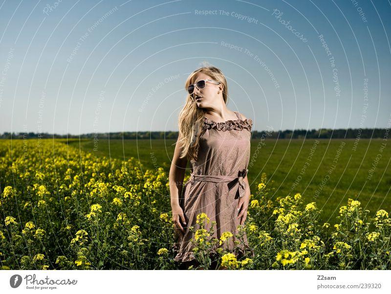 flower power Lifestyle elegant Erholung feminin Junge Frau Jugendliche 1 Mensch 18-30 Jahre Erwachsene Natur Landschaft Himmel Sommer Blume Feld Kleid