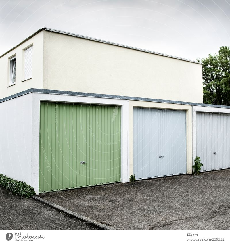 bausünde Haus Bauwerk Architektur Garage Garagentor eckig einfach Sauberkeit blau grün gleich einzigartig Mittelstand Ordnung Symmetrie Fenster Gewitterwolken