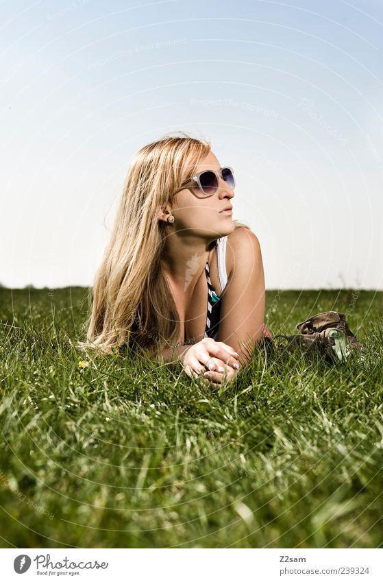 chillout weekend Lifestyle Stil Erholung Freizeit & Hobby feminin Junge Frau Jugendliche 18-30 Jahre Erwachsene Natur Himmel Sommer Wiese T-Shirt Sonnenbrille