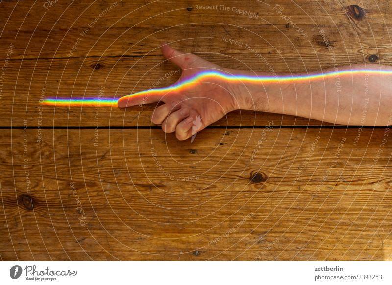 Zeigefinger mit Buntlicht (3) Arme mehrfarbig Farbe Finger Hand Licht Lichtbrechung Lichtstrahl Mann Mensch Physik Prisma Regenbogen regenbogenfarben