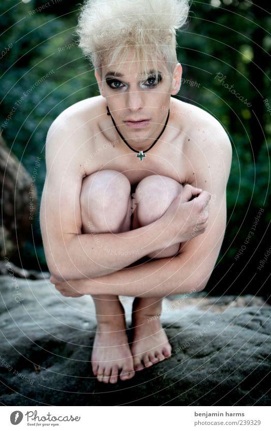 wenn es sonst keiner tut... Mensch maskulin Junger Mann Jugendliche Körper 1 18-30 Jahre Erwachsene Felsen blond hocken außergewöhnlich exotisch frei hell nackt