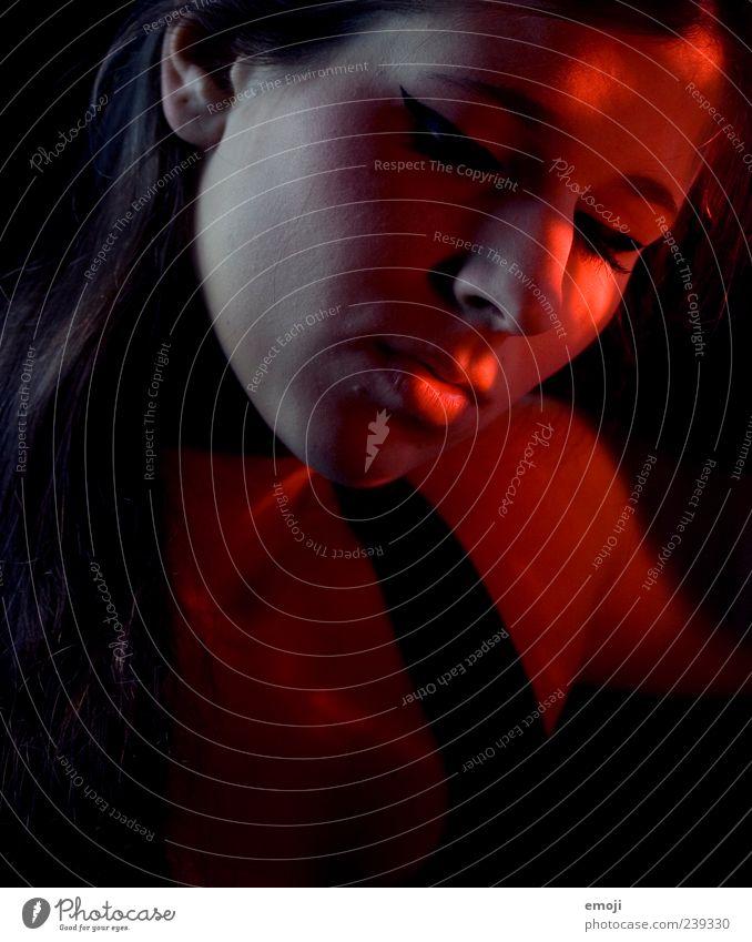 RED VI Mensch Jugendliche rot Erwachsene Gesicht dunkel feminin Junge Frau 18-30 Jahre einzigartig Lippen verträumt Frauengesicht Mund Vor dunklem Hintergrund