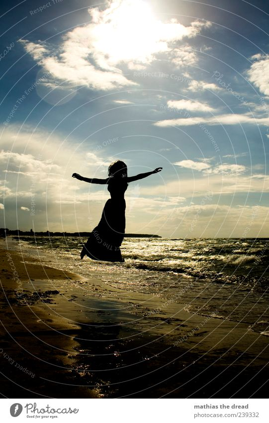 XI Himmel Natur Jugendliche schön Sommer Meer Strand Wolken Umwelt Landschaft feminin Freiheit Glück springen Stil Horizont