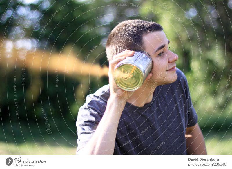 Ja, ich höre! Kinderspiel Ein junger erwachsener Mann Ein Mann allein einzeln 1 Mensch retro haltend Zentralperspektive Unschärfe Kontrast Tag Außenaufnahme