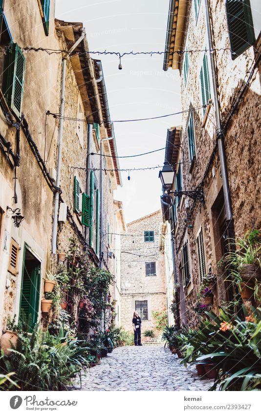 Tourist im Häuserdschungel Wohlgefühl Zufriedenheit Erholung ruhig Freizeit & Hobby Ferien & Urlaub & Reisen Tourismus Ausflug Mensch feminin Leben 1