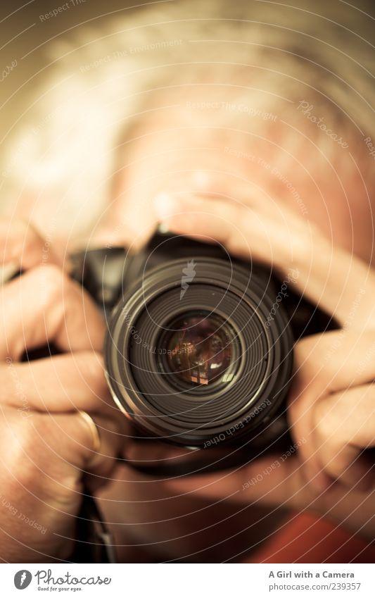 Spiekeroog l it's about time. Mensch maskulin Mann Erwachsene Hand 1 Fotokamera beobachten authentisch schwarz Fotografieren einstellen Freizeit & Hobby Beruf