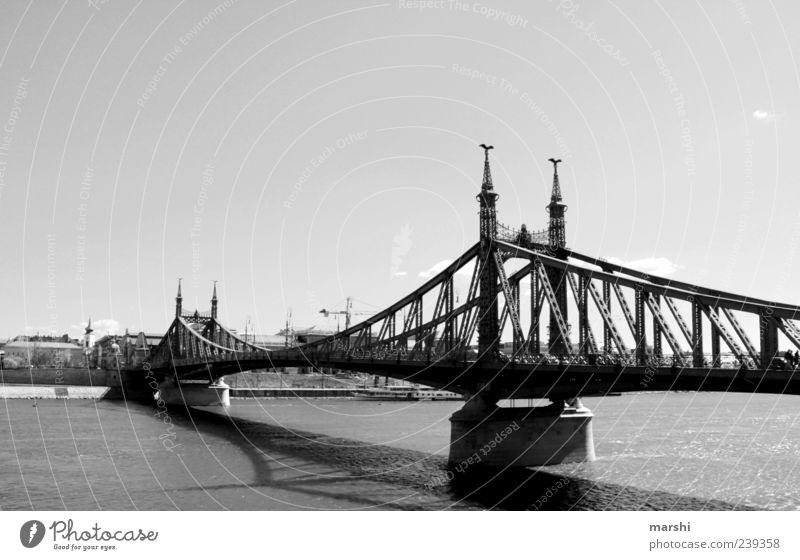 Freiheitsbrücke Hauptstadt Brücke Sehenswürdigkeit schwarz Brückengeländer Brückenpfeiler Brückenkonstruktion lang Budapest Donau Wasser Fluss Himmel