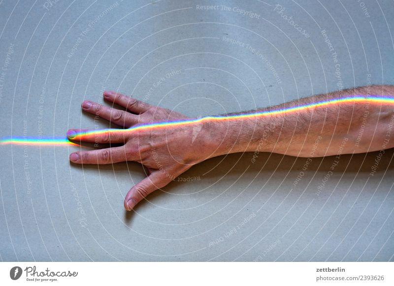 Finger mit Buntlicht (6) Arme mehrfarbig Farbe Hand Licht Lichtbrechung Lichtstrahl Mann Mensch Physik Prisma Regenbogen regenbogenfarben Spektralfarbe spektral