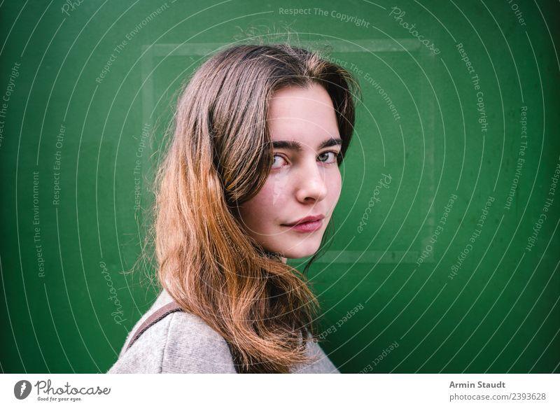Porträt vor grüner Wand Lifestyle Stil schön Leben Wohlgefühl Zufriedenheit Sinnesorgane Erholung ruhig Meditation Ausflug Sommer Mensch feminin Junge Frau