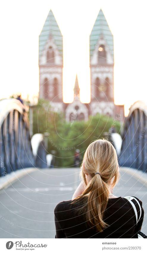 Ansichtssache Mensch Frau Ferien & Urlaub & Reisen Sommer Erwachsene Ferne feminin Haare & Frisuren Kopf blond Ausflug Tourismus Kirche stehen Brücke Lifestyle