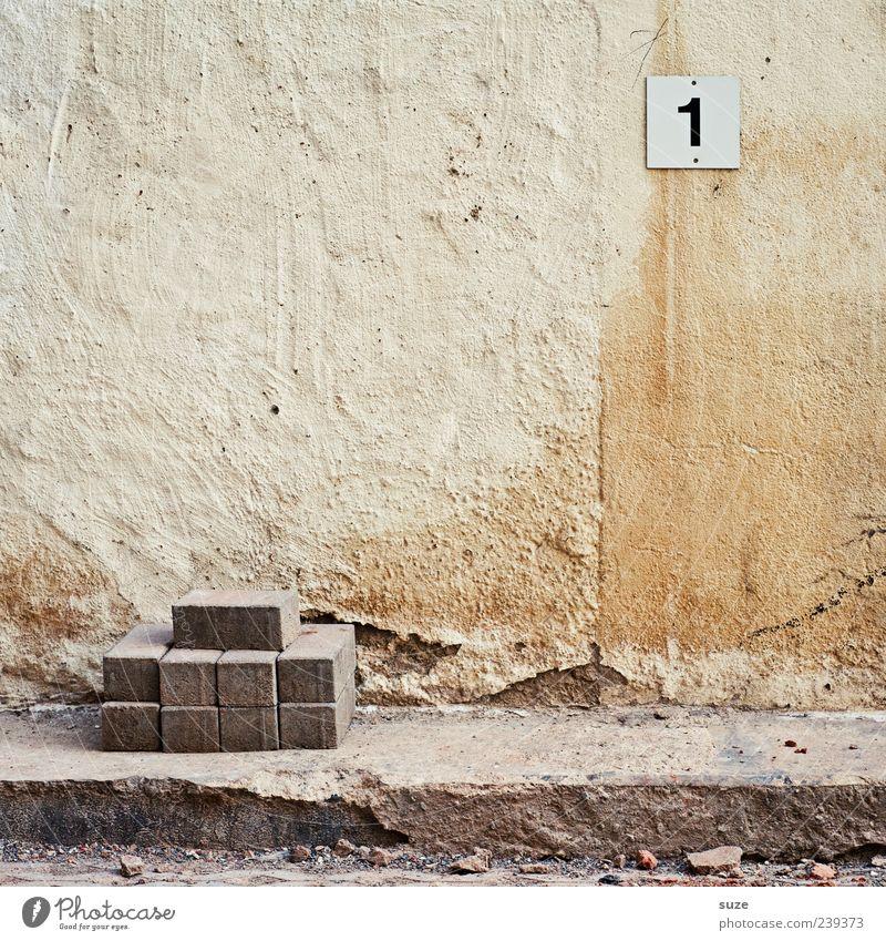 Ersatzbank alt Wand Mauer Stein Arbeit & Erwerbstätigkeit dreckig trist Schilder & Markierungen Erfolg Ordnung kaputt einfach Vergänglichkeit Wandel & Veränderung Ziffern & Zahlen Zeichen