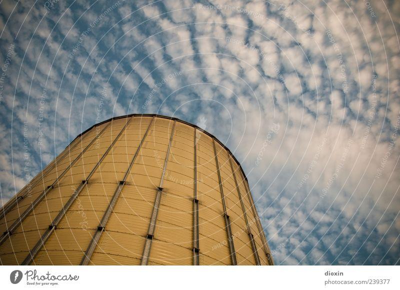 Silo Himmel Wolken Mannheim Deutschland Stadtrand Menschenleer Industrieanlage Hafen Bauwerk Getreidesilo Scheune Metall gigantisch groß hoch blau gelb weiß