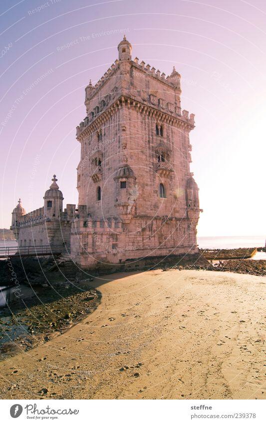 Turm zu Betlehem Sand Himmel Schönes Wetter Küste Lissabon Portugal Hauptstadt Hafenstadt Altstadt Menschenleer Sehenswürdigkeit Wahrzeichen Turm von Belem