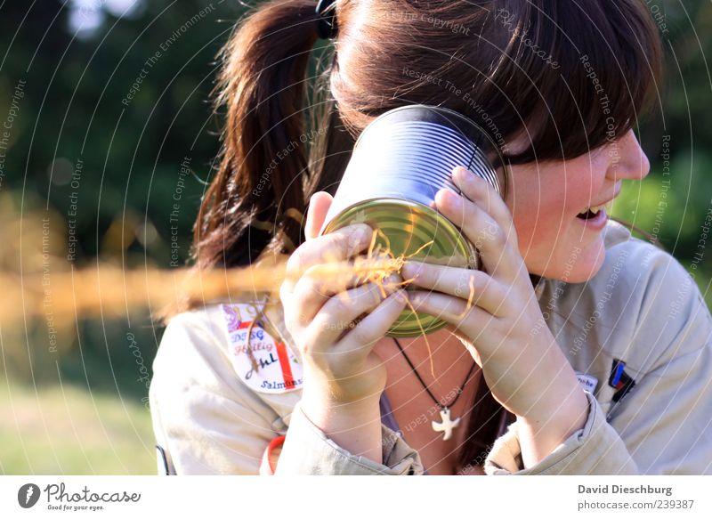 Freude am Zuhören Mensch Jugendliche Freude Erwachsene Leben sprechen lachen Junge Frau 18-30 Jahre Kommunizieren Telekommunikation Technik & Technologie Schnur hören brünett Dose