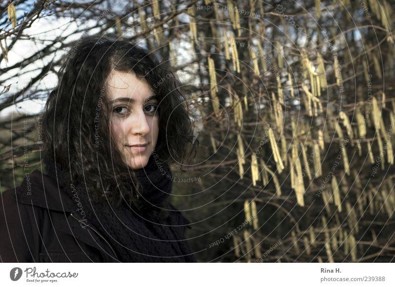 WinterSpaziergang Mensch Natur Jugendliche schön Baum Erwachsene feminin Frühling Junge Frau 18-30 Jahre authentisch Sträucher Lächeln Schönes Wetter Jacke Locken