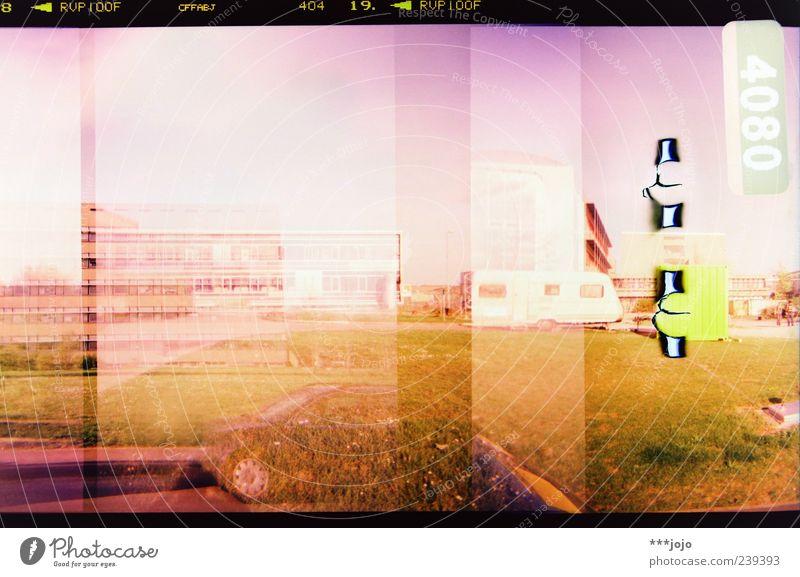 8 < RVP100F CFFABJ 404 19. < RVP100F Stadt Haus Landschaft PKW rosa Beton modern Hochhaus retro Ziffern & Zahlen Rasen violett Bauwerk analog Doppelbelichtung