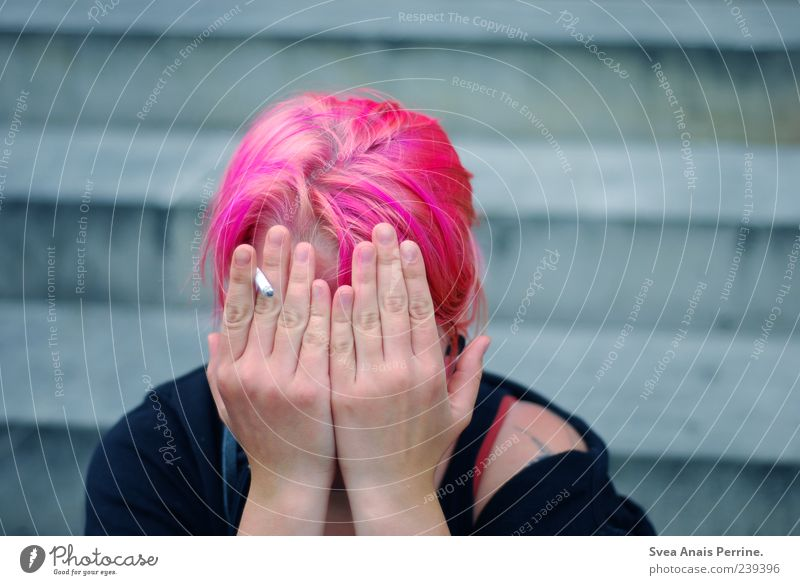 rausch,rauch. Haare & Frisuren Gesicht Arme Hand 1 Mensch 18-30 Jahre Jugendliche Erwachsene Treppe Pullover rothaarig Zopf Punk Rauchen außergewöhnlich