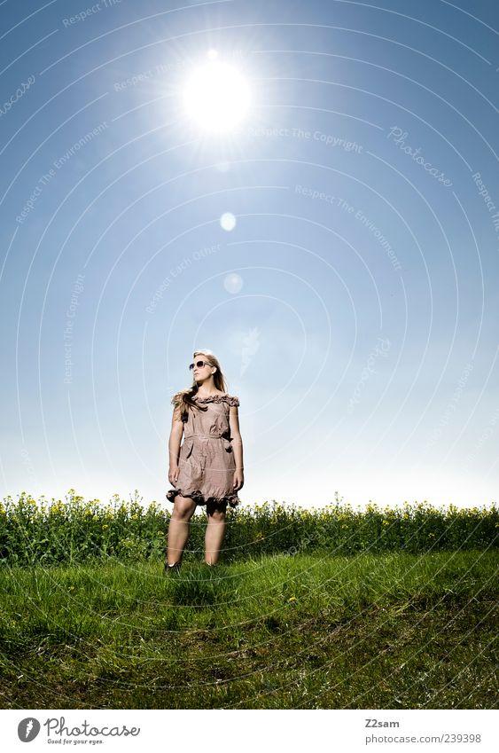 endlich sommer! Lifestyle elegant Erholung feminin Junge Frau Jugendliche 1 Mensch 18-30 Jahre Erwachsene Natur Landschaft Sonne Sommer Blume Wiese Kleid
