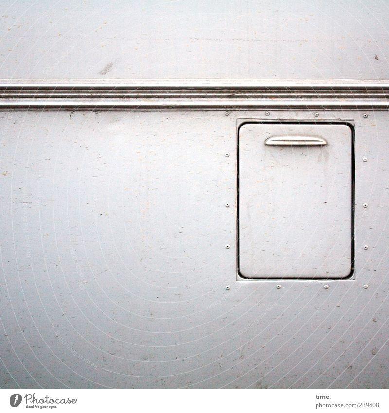 We're Closed Verkehrsmittel Autofahren PKW Bus Wohnwagen Lack Streifen dreckig weiß ästhetisch Zufriedenheit geheimnisvoll Surrealismus Klappe Verschlussdeckel