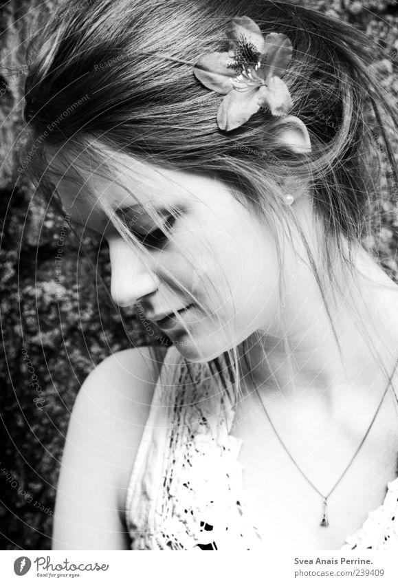 seitlich. Mensch Jugendliche schön Erwachsene Gesicht feminin Haare & Frisuren Kopf Traurigkeit Mode Junge Frau 18-30 Jahre Trauer Kleid Schmuck Halskette
