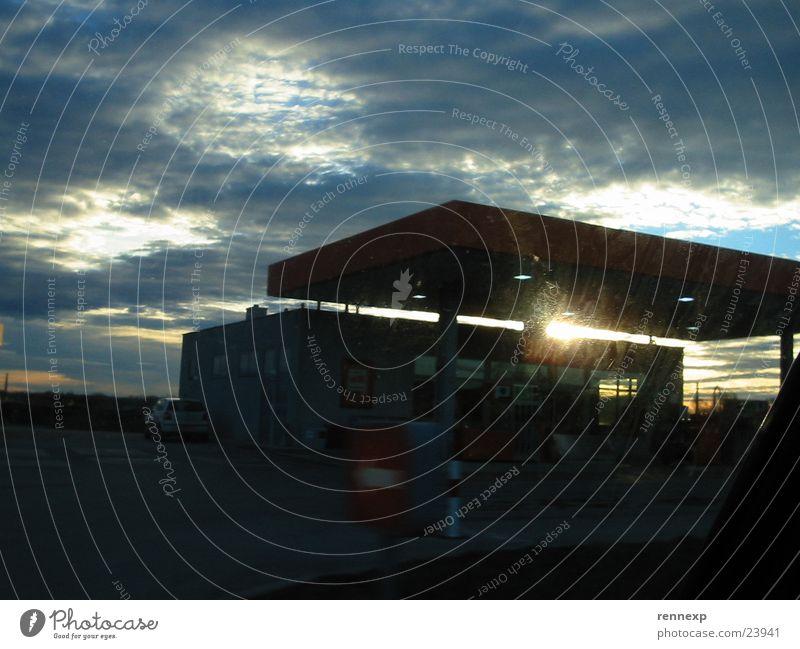 die horror-tankstelle Himmel Sonne Wolken dunkel Gebäude Beleuchtung Angst Architektur Wetter Verkehr geschlossen gefährlich bedrohlich frieren blenden Spalte