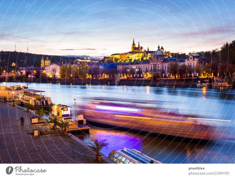 Boot auf der Moldau, Prag Ferien & Urlaub & Reisen Tourismus Ausflug Sightseeing Städtereise Nachtleben Flussufer Tschechien Europa Stadt Hauptstadt