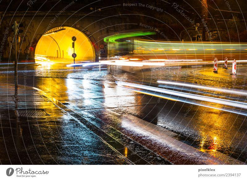 Tunnel bei Nacht Stadt Wasser dunkel Straße Beleuchtung Bewegung Regen Verkehr PKW Energie nass Bauwerk fahren Unwetter Verkehrswege Fahrzeug