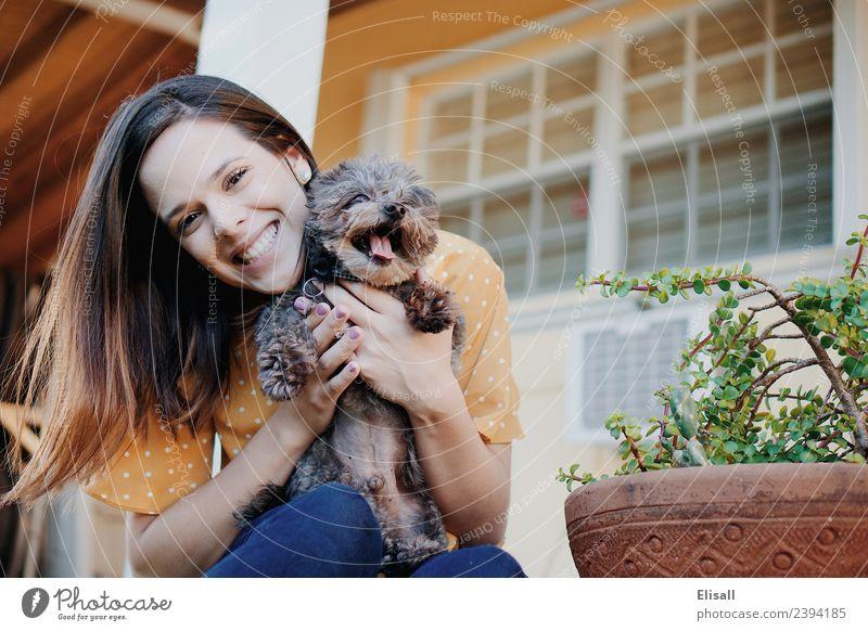 Lächelnde Frau mit Haushund Mensch Junge Frau Jugendliche Erwachsene 1 18-30 Jahre Tier Haustier Hund genießen Gefühle Stimmung Freude Begeisterung