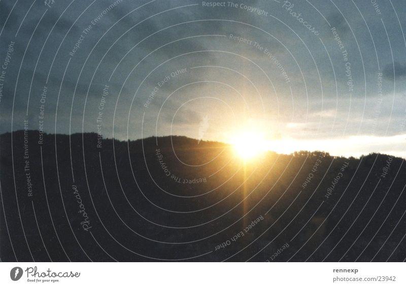 _______\ | /____    Sonnenuntergang Natur Himmel schwarz Wolken gelb dunkel Berge u. Gebirge Landschaft Beleuchtung Wetter groß trist Hügel verstecken