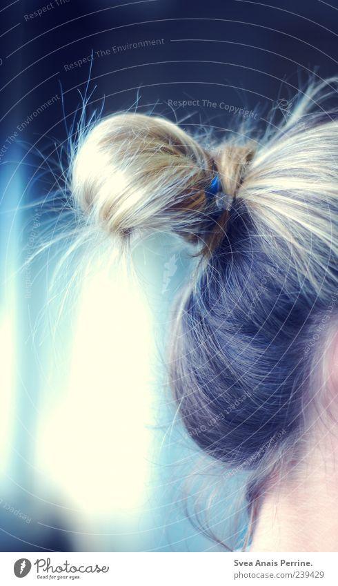 tag und nacht. feminin Junge Frau Jugendliche Erwachsene Haare & Frisuren 1 Mensch blond Zopf Dutt schön kalt Gefühle Farbfoto Gedeckte Farben Innenaufnahme
